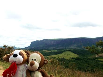Eu e o cachorrinho em frente à Serra da Canastra!